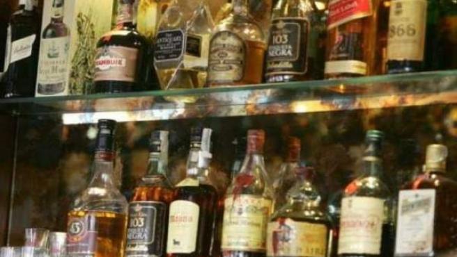 Botellas de alcohol en un bar.