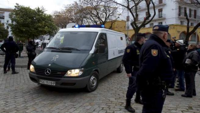 Furgón policial con Javier Carcaño en su interior a su llegada a la Audiencia de Sevilla.