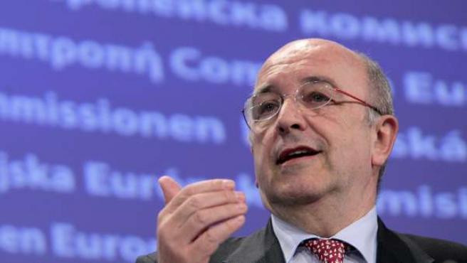 El vicepresidente de la Comisión Europea (CE) y comisario de Competencia, el español Joaquín Almunia, atiende a los medios durante la rueda de prensa ofrecida en la sede de Bruselas