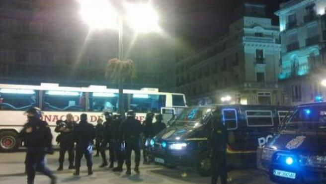 Agentes de la Policía Nacional cercan la madrileña Puerta del Sol.