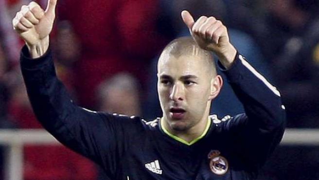 El delantero francés del Real Madrid, Karim Benzema, celebra su gol ante el Sevilla.