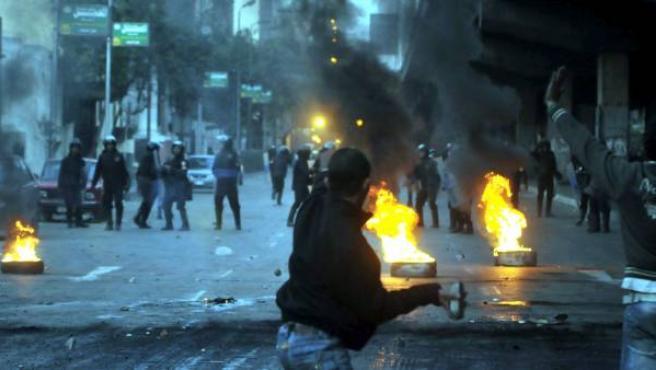 Un manifestante egipcio enfrenta a las fuerzas policiales durante una protesta en el centro de El Cairo.