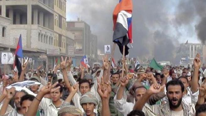 Manifestantes antigubernamentales toman las calles en la provincia yemení de Lahej.
