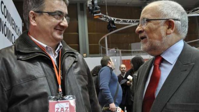 Víctor Morlán cambia impresiones con el diputado José María Becana