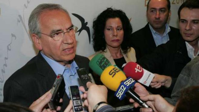 Alfonso Guerra atiende a la prensa