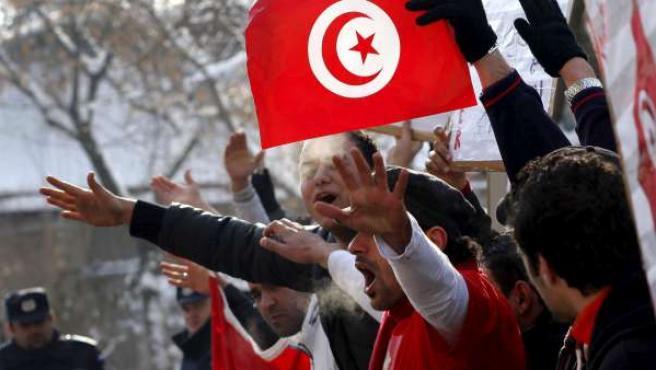 Imagen de archivo de tunecinos protestando contra el Gobierno de transición tunecino.