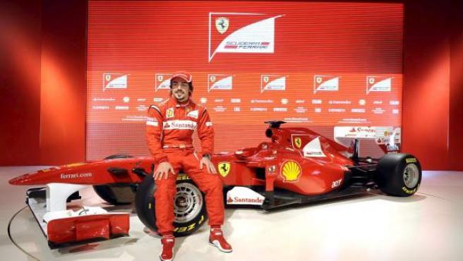 Fernando Alonso, junto al F-150.