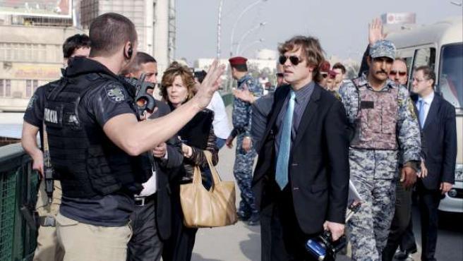 El juez de la Audiencia Nacional Santiago Pedraz (en el centro, con traje oscuro), en el puente Al Jumhuriya de Bagdad.