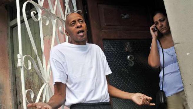 El opositor cubano Guillermo Fariñas en la puerta de su casa.
