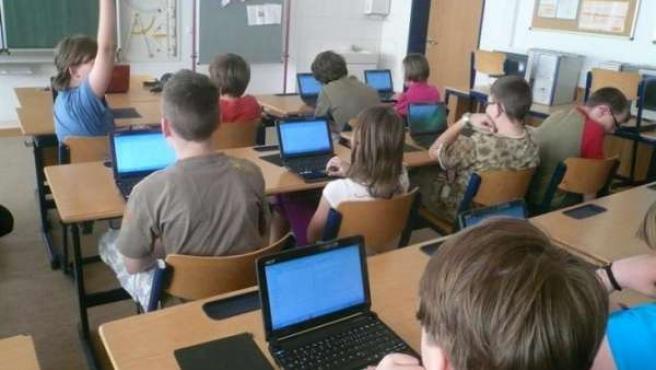 niños utilizando ordenadores