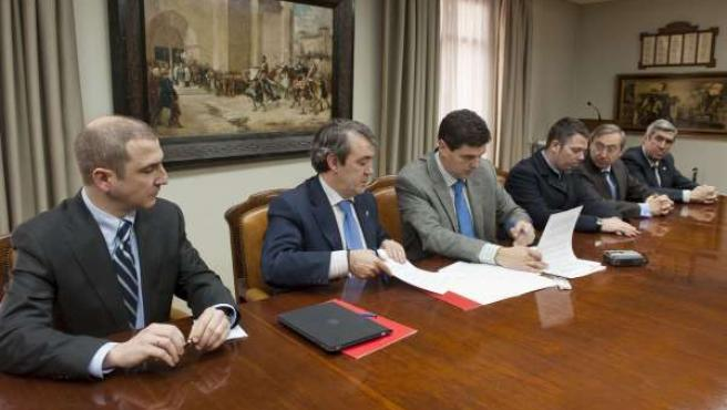 El consejero Caballero y el alcalde de Tudela firman el documento para la gestió