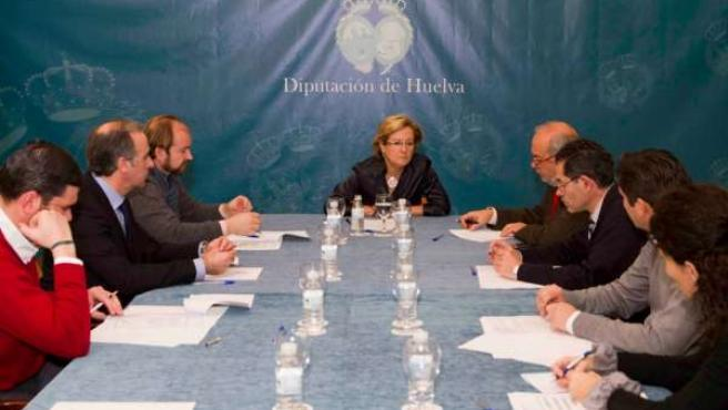 Petronila Guerrero reunida con las demoninaciones y los productores.