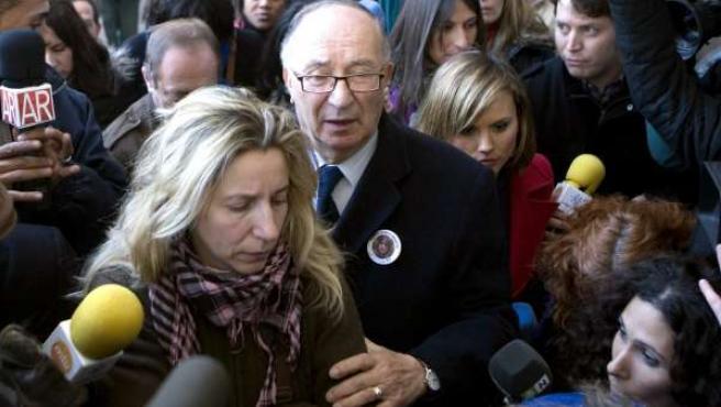 Eva y José Antonio Casanueva, madre y abuelo de Marta del Castillo, rodeados de medios de comunicación a su salida de la Audiencia de Sevilla, donde continúa el juicio contra el menor Javier G. M., apodado 'El Cuco'.