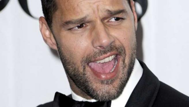 Ricky Martin posa para le prensa en la gala de premios de teatro Tony 2010.