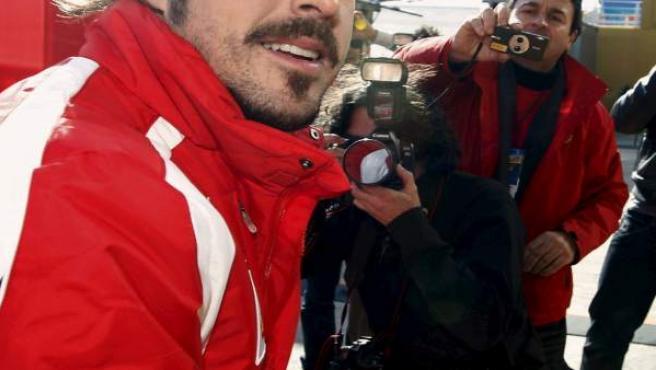 El piloto español de Ferrari, Fernando Alonso, en un descanso en la primera jornada de entrenamientos.