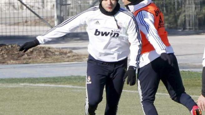 Los jugadores del Real Madrid el delantero francés Karim Benzema (i) y el brasileño Marcelo Vieira.