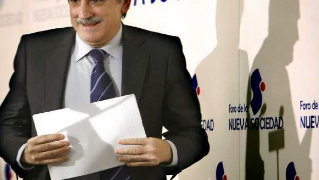 El ministro de Trabajo e Inmigración, Valeriano Gómez, momentos antes de su intervención en el Foro de la Nueva Sociedad.