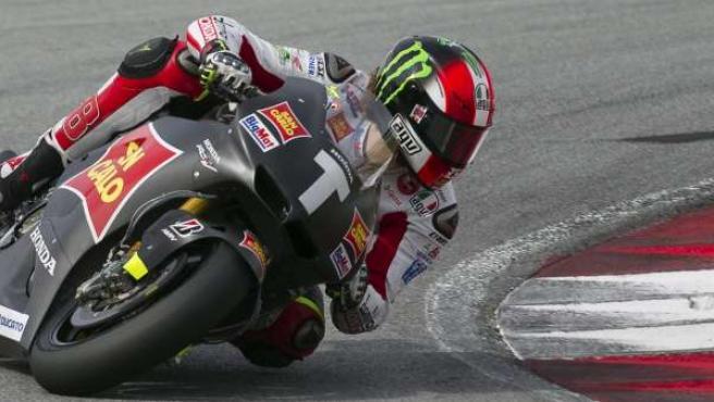 El piloto italiano Marco Simoncelli (SC Honda Gresini) participa en la última jornada de entrenamientos en Sepang.