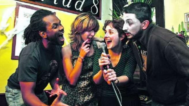 Algunos slammers habituales, fotografiados en una de las sesiones de slam que tienen lugar en el madrileño Café Libertad.