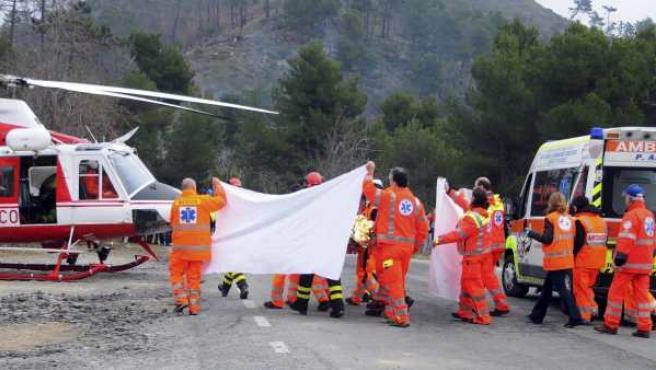 Personal médico trasladan en camilla al piloto polaco Robert Kubica.