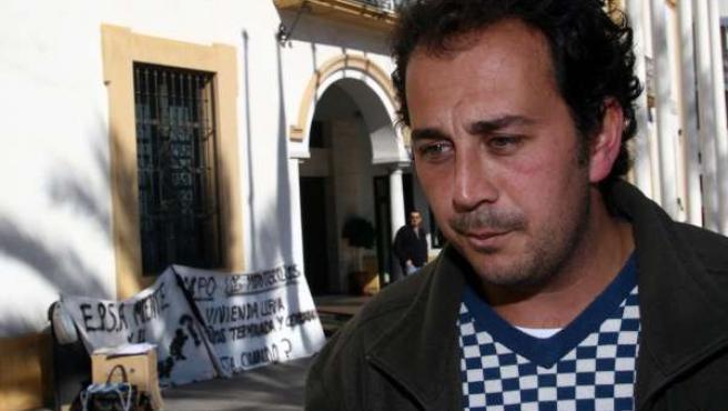 Felipe Luna, padre de familia en paro que exige la entrega de su VPO ante el Ayu