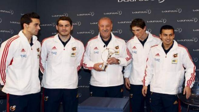 El seleccionador nacional, Vicente del Bosque (c), junto a algunos de sus jugadores, Álvaro Arbeloa (i), Iker Casillas (2i), Fernando Torres (2d) y Pedor Rodríguez (d), tras recibir el Premio Laureus.