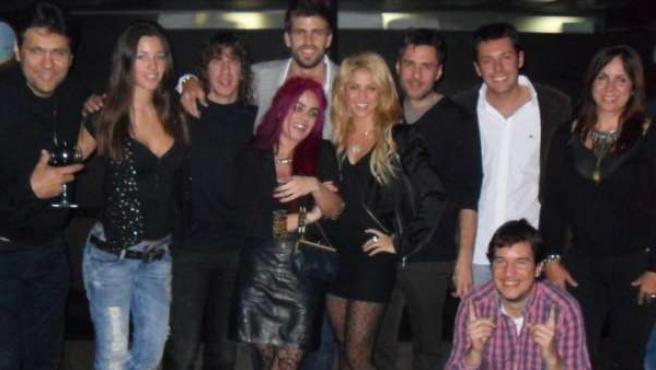 Foto en la que aparecen Shakira, Piqué, Puyol y el chico que las redes sociales han bautizado como El de los cuadros, entre otras personas.