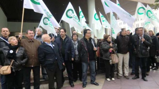 Miembros del sindicato C.SIF a las puertas del Edificio de Servicios Múltiples d