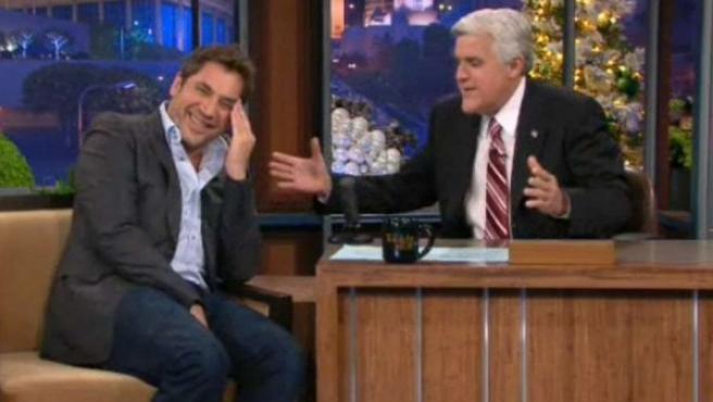 Momento de la entrevista de Jay Leno a Javier Bardem en el programa 'The Tonight Show'.