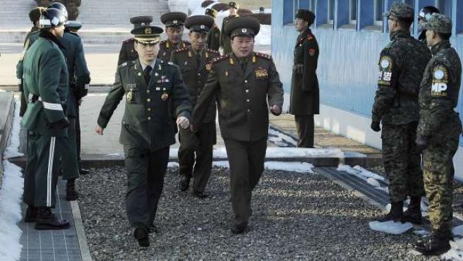 Varios miembros de una delegación norcoreana cruzan la frontera con Corea del Sur.