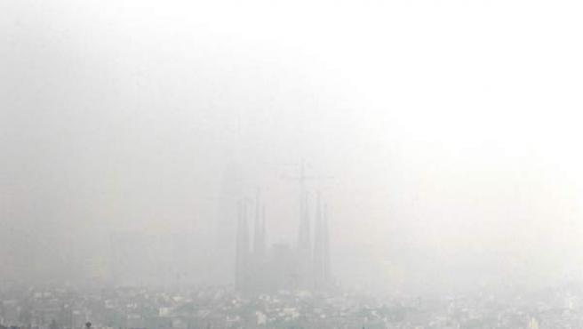 La contaminación no deja ver la Sagrada Familia.
