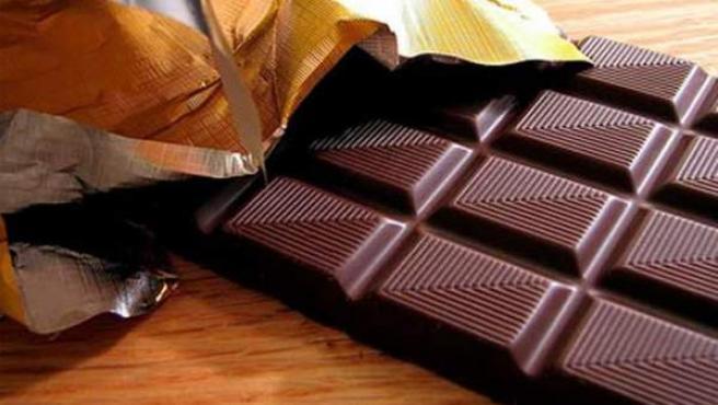 Tableta de chocolate negro.