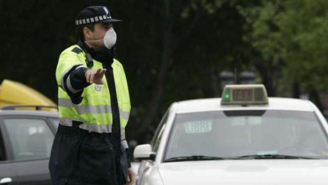 Un agente de movilidad de Madrid con una mascarilla anti humo.