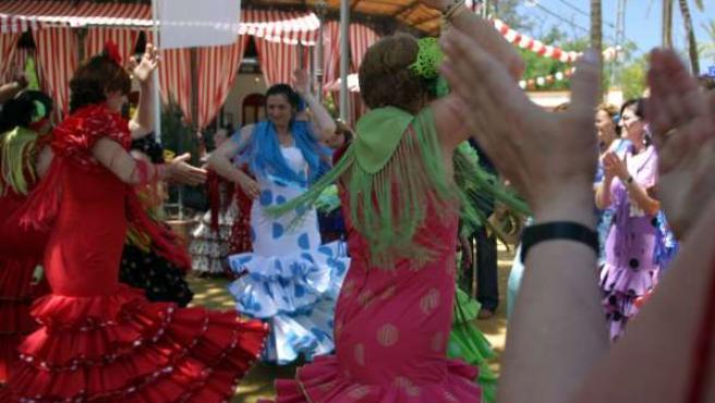 Mujeres bailando sevillanas