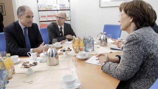 Camps conversa con la ministra Emilia Müller.