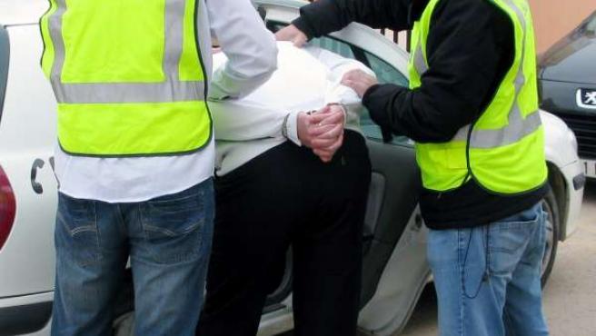 Imagen del detenido, introducido en el coche de la Guardia Civil