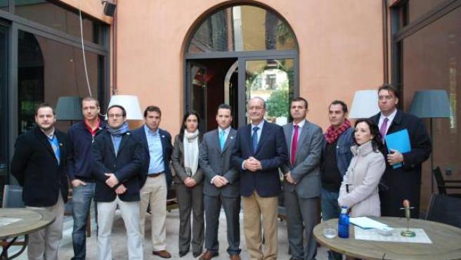El alcalde de Málaga, Francisco de la Torre, con representantes de la asociación