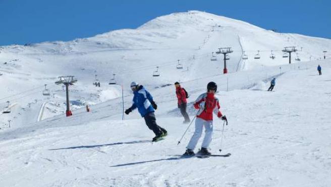 Esquiadores disfrutan de Sierra Nevada