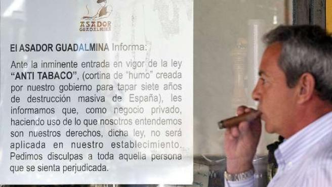 Un hombre fuma un puro en el 'Asador de Guadalmina' de Marbella.