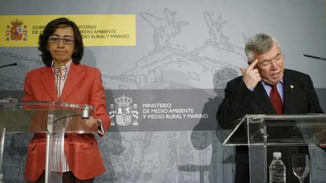 Rosa Aguilar, ministra de Medio Ambiente y Medio Rural y Marino, junto al presidente de la Federación Española de Municipios y Provincias, Pedro Castro.