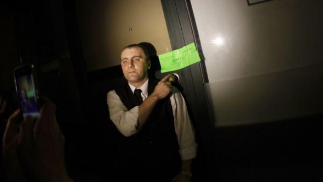 Un camarero del Asador Guadalmina, junto al precinto de la Junta de Andalucía, tras el cierre del local.