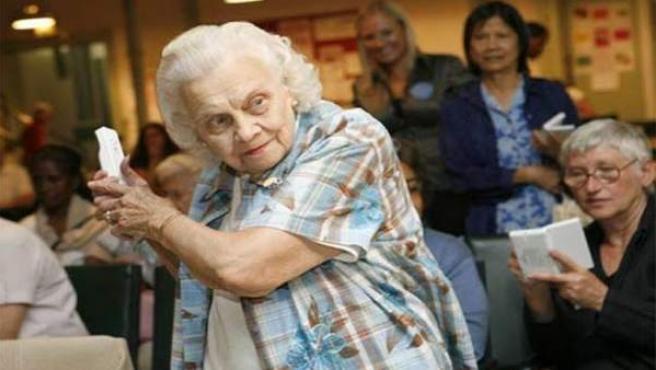 Una mujer hace ejercicios para combatir la enfermedad.