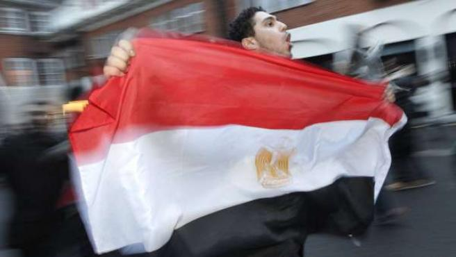 Un joven porta la bandera de Egipto.