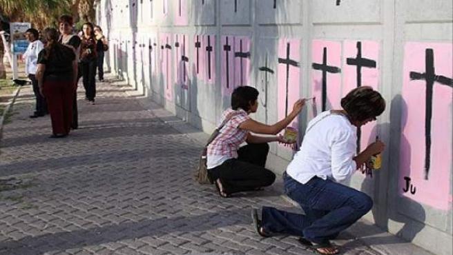 Cruces en recuerdo de las mujeres asesinadas en Ciudad Juárez.
