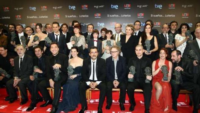 El presentador de la gala, Andreu Buenafuente, posa junto a los premiados en la gala de los Goya.