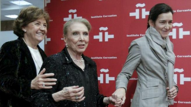 María Dolores Pradera (en el centro), acompañada por la presidenta del Instituto Cervantes, Carmen Caffarel (izquierda), y la ministra de Cultura, Ángeles González Sinde, durante el homenaje que el Instituto Cervantes a la cantante.