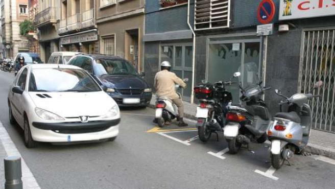 Un coche circula por una calle.