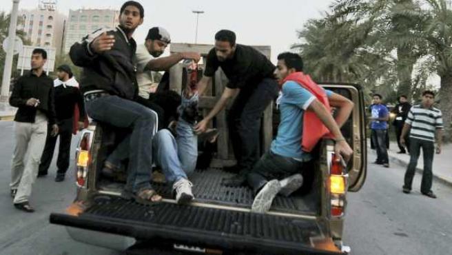 Un manifestante herido es trasladado en una camioneta en la capital de Bahréin, Manama, tras una protesta.
