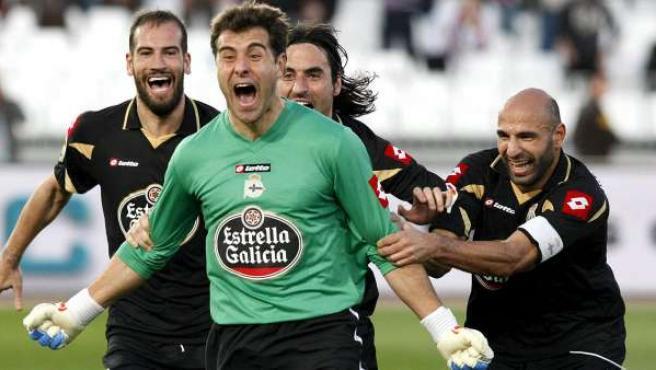 Dani Aranzubia, portero del Deportivo, celebra su gol ante el Almería.