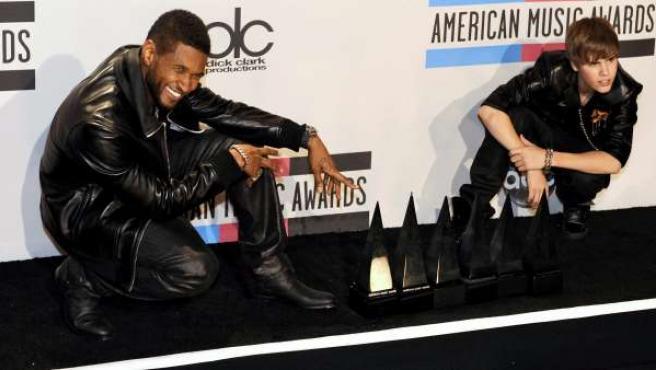 Justin Bieber posa junto a su 'protector', el rapero Usher, en los últimos American Music Awards.